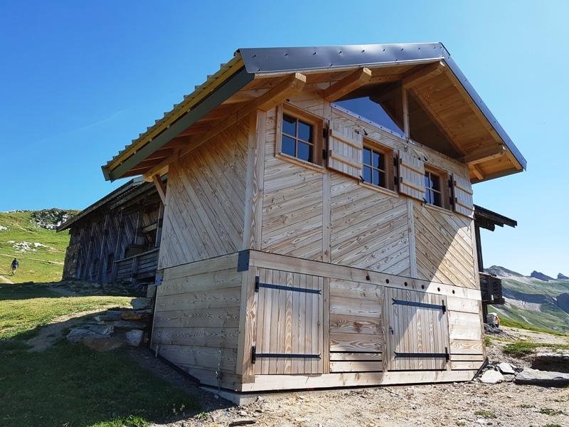 La toilette coté sud avec ces 3 fenêtres carrés sur le haut de la toilette sèche et deux portes sur le bas