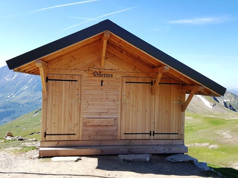 C'est la construction vue de l'avant, coté nord avec ces deux portes pour l'accès aux toilettes sèches. à droite la porte pour l'urinoir
