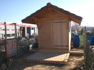 Une toilette avec sa terrasse juste devant