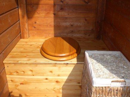 assise et abattant toilettes dans un grenier à grain