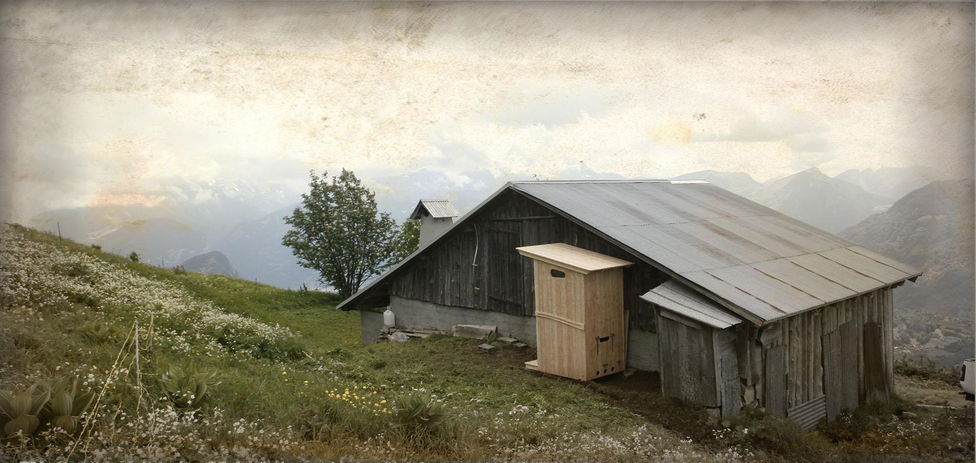 La toilettes estive est installée à l'arrière de la Bergerie