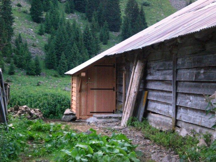 Une toilette sèche pour la bergerie au bord du lac de Gers à Samoens
