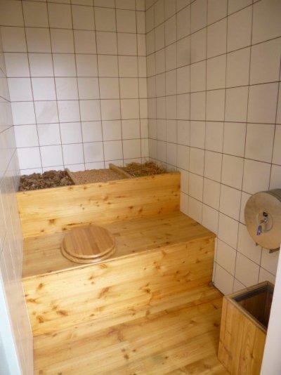 L'aménagement intérieur des toilettes de Sénétosa