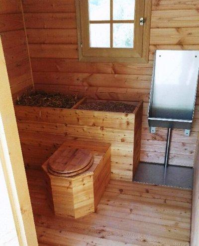 Vue interieure de la toilette avec son urinoir inox