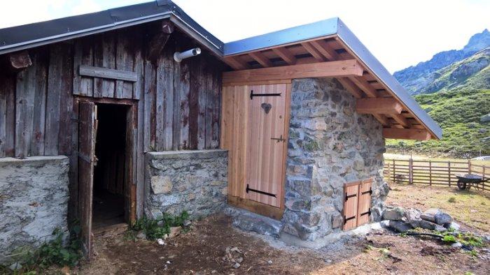 Toilettes en pierre porte fermée