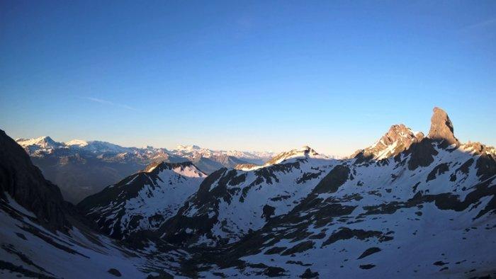 Une vue magnifique sur les montagnes et la Pierra Menta