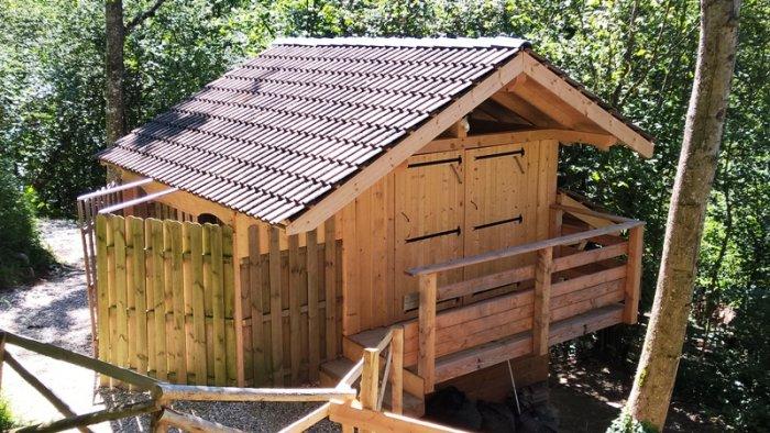 Les toilettes sèches à 4 places et son balcon arrière