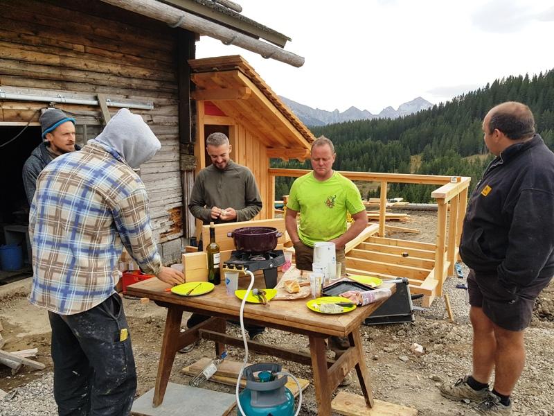 Une bonne fondue entre nous pour la pose de midi lors du chantier des toilettes sèches de la ferme de Lorette