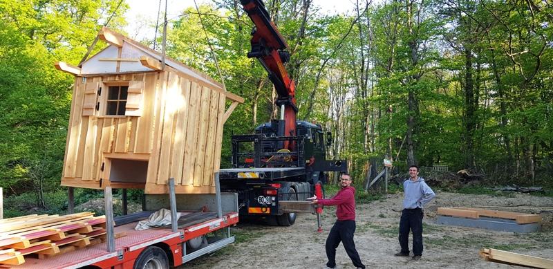 Levage de la toilette sèche avec le camion grue avec l'aide de deux charpentier de NBC Bois