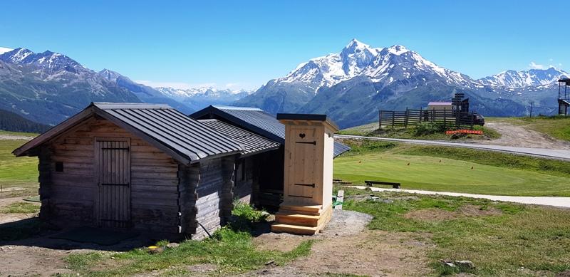 Des toilettes sèches sur socle bois en chêne pour le Golf d'altitude de la Rosière Montvalezan vue de l'avant