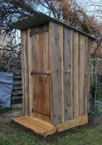 Toilettes Estive 2 avec bardage en planche de récupération